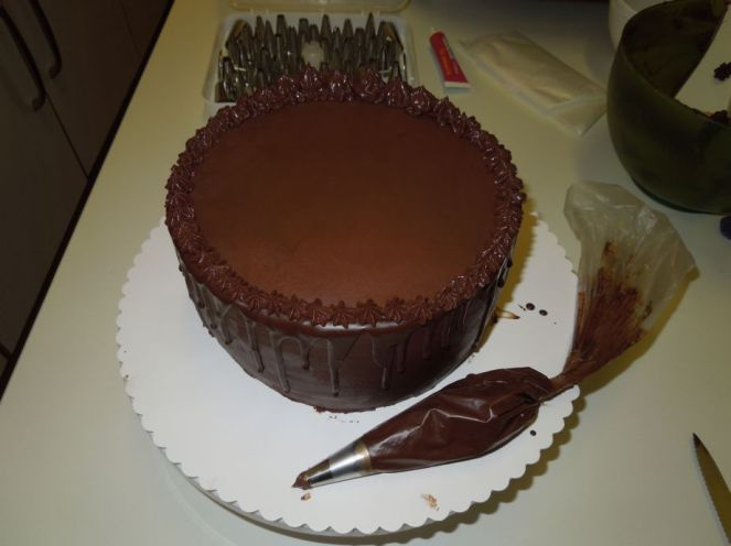 Torte mit Dripping und Ganache-Verzierung
