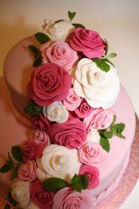 Torte mit Rosengirlande _ Minze Closeup