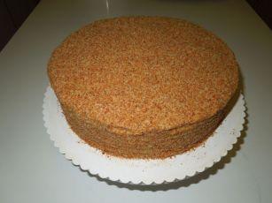 fertige Honigtorte mit Walnuss-Tortenboden-Panier
