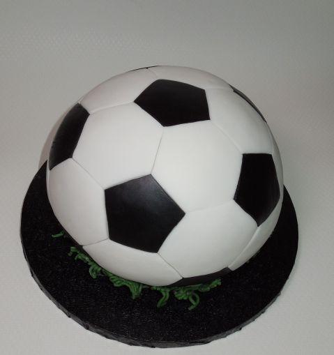Fertige Fussballtorte mit Fondantgras auf schwarzem Cakeboard