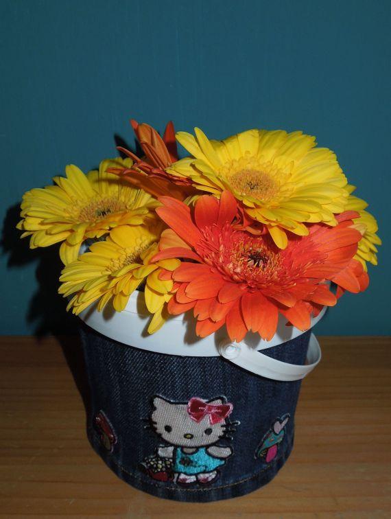 fertig gestellter Joghurtkübel mit Jeansstoff und Blumen
