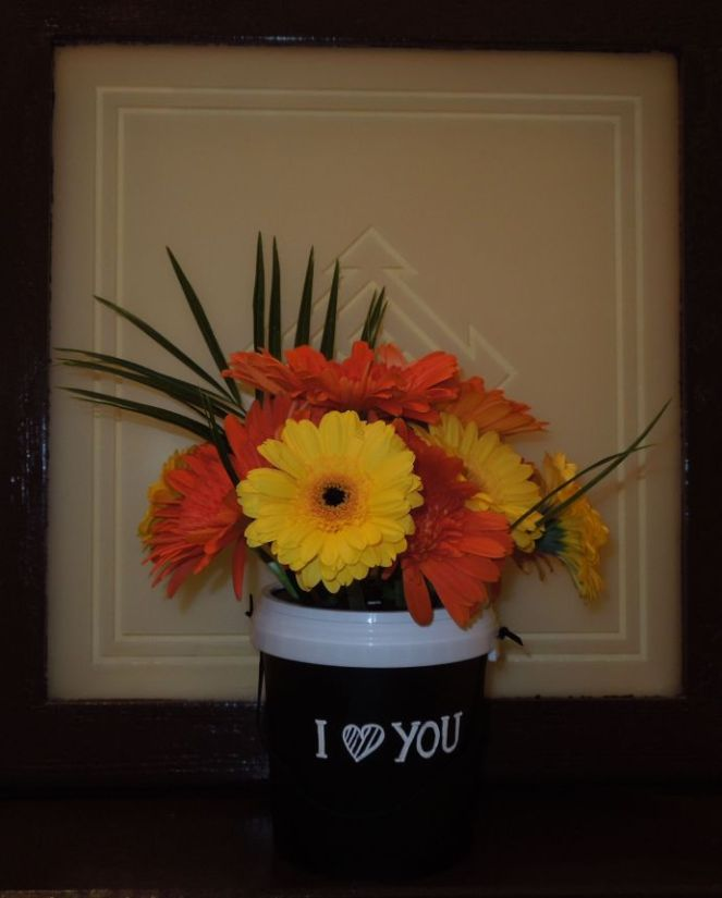 fertig gestellter Joghurtkübel mit Tafelfolie und Blumen