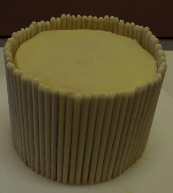 Torte mit Mikado Rand weiße Schokolade
