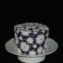 Biskuittorte mit Erdbeeren und weißer Schokoganache überzogen mit Fondant lila und weiß mit Lace-Effekt