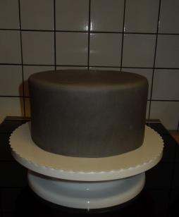 Brownie-Nutella-Torte Fondantüberzug grau