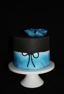 Sachertorte schwarz blau mit Krakelliereffekt - Seitenaufnahme