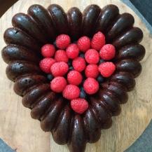 Schoko-Dörrpflaumen-Torte mit frischen Früchten